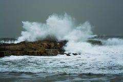La tempesta del mare ondeggia lo schianto e la spruzzatura contro il molo Fotografia Stock Libera da Diritti