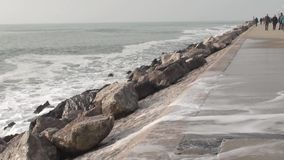 La tempesta e le alte onde nel mare sulla costa della Francia video d archivio