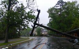 La tempesta ha danneggiato il trasformatore elettrico su un palo e su un albero immagini stock libere da diritti