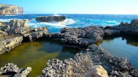 La tempesta nella costa rocciosa di San Lawrence, isola di Gozo, Malta video d archivio