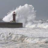 La tempesta ondeggia sopra il faro Fotografie Stock Libere da Diritti