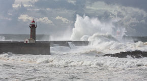 La tempesta ondeggia sopra il faro Immagine Stock