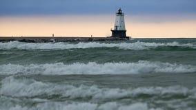 La tempesta ondeggia sul lago Michigan al faro di Ludington video d archivio