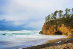 La tempesta retrocedere lungo l'Oregon costeggia vicino alla spiaggia del cannone, Oregon fotografie stock
