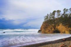 La tempesta retrocedere lungo l'Oregon costeggia vicino alla spiaggia del cannone, Oregon immagine stock libera da diritti