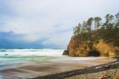 La tempesta retrocedere lungo l'Oregon costeggia vicino alla spiaggia del cannone, Oregon fotografia stock libera da diritti