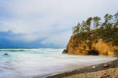 La tempesta retrocedere lungo l'Oregon costeggia vicino alla spiaggia del cannone, Oregon immagine stock