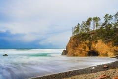 La tempesta retrocedere lungo l'Oregon costeggia vicino alla spiaggia del cannone, Oregon fotografia stock