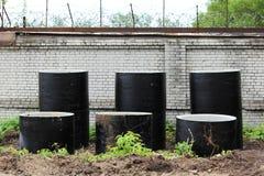 La tempesta scorre da anelli concreti è in due file vicino al cantiere per la costruzione di uno stadio immagini stock
