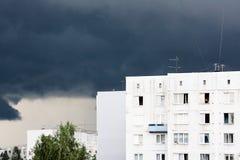 La tempesta scura e la tempesta durante l'era sovietica una casa a più piani sono state costruite in Imanta, Riga, Lettonia Fotografia Stock