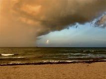La tempesta si avvicina all'imbarcazione attraccata in mare Fotografie Stock Libere da Diritti