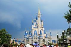 La tempesta si rannuvola il castello di Cenerentola fotografie stock libere da diritti
