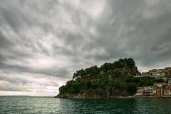La tempesta si rannuvola il mare ionico in Parga immagini stock