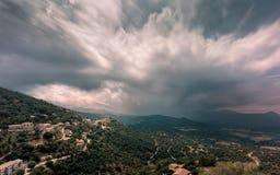 La tempesta si rannuvola il paesino di montagna di Belgodere in Corsica fotografie stock libere da diritti