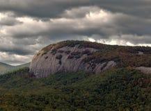 La tempesta si rannuvola la catena montuosa coperta albero Immagini Stock