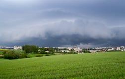 La tempesta si rannuvola la città fotografia stock
