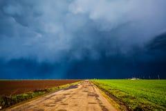 La tempesta si rannuvola la strada non asfaltata fotografie stock libere da diritti