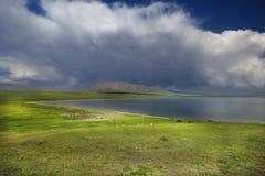 La tempesta si rannuvola un lago Kol di canzone, Kirghizistan fotografia stock