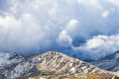 La tempesta sta venendo alle montagne innevate delle alpi australiane Fotografie Stock