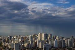 La tempesta sta venendo uragano Terra e cielo cityscape Paesaggio della città di Sao Paulo immagine stock libera da diritti
