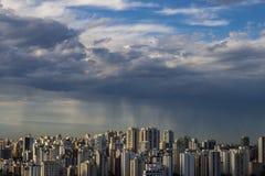La tempesta sta venendo uragano Terra e cielo cityscape Paesaggio della città di Sao Paulo immagini stock