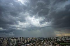 La tempesta sta venendo uragano Terra e cielo cityscape Paesaggio della città di Sao Paulo, Brasile fotografia stock
