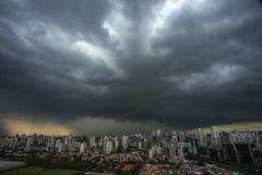 La tempesta sta venendo uragano Terra e cielo cityscape Paesaggio della città di Sao Paulo, Brasile immagine stock