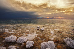 La tempestad de truenos del resorte en el mar muerto Fotos de archivo libres de regalías