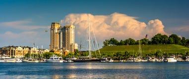 La tempestad de truenos se nubla sobre la colina federal y el puerto interno de vagos Imagen de archivo