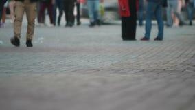 La temps-faute de croisement de rue de personnes, se ferment des pieds les gens se déplaçant dans la rue serrée de ville Art modi banque de vidéos