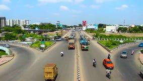 la Temps-faute a tiré sur des voitures, des motocyclettes et l'autobus passant au-dessus du pont dans Chennai, Inde banque de vidéos