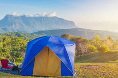 La tenda di campeggio in campeggio sopra la montagna con l'alba a fa Fotografia Stock Libera da Diritti