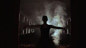 La tenda si apre come fase entrante della ballerina per il movimento lento femminile della siluetta del fumo di fragilità di pote stock footage