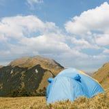 La tenda speciale ha messo sul pascolo dell'alta montagna Immagini Stock Libere da Diritti
