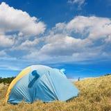 La tenda speciale ha messo sul pascolo dell'alta montagna Fotografie Stock