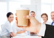 La tenencia de la mano del hombre se lleva el café Fotografía de archivo libre de regalías