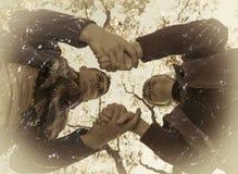 La tenencia de los pares entrega el fondo del cielo, estilo retro Imagenes de archivo