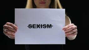 La tenencia de la señora cruzó la muestra del sexismo, previene la opresión femenina de las derechas, desigualdad almacen de video
