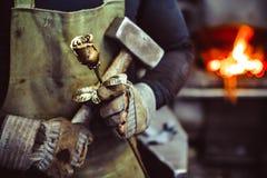 La tenencia del herrero forjada subió fotos de archivo