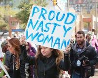 La tenencia desagradable orgullosa de la mujer firma adentro Tuscon, Arizona Foto de archivo libre de regalías