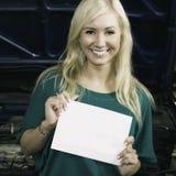 La tenencia femenina firma adentro el garaje Fotografía de archivo libre de regalías