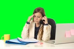 La tensión del sufrimiento de la mujer de negocios en el ordenador de oficina aisló llave verde de la croma Imagen de archivo libre de regalías