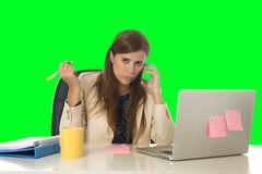 La tensión del sufrimiento de la mujer de negocios en el ordenador de oficina aisló llave verde de la croma Foto de archivo