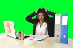 La tensión del sufrimiento de la mujer de negocios que trabajaba en la oficina aisló el fondo verde de la llave de la croma Foto de archivo libre de regalías