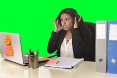 La tensión del sufrimiento de la mujer de negocios que trabajaba en la oficina aisló el fondo verde de la llave de la croma Imágenes de archivo libres de regalías
