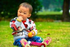 La tentación de la comida a los niños Fotos de archivo libres de regalías