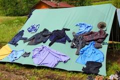 La tente de boyscout dans un domaine avec les vêtements qui sèchent Photo stock
