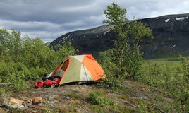 La tente et l'équipement de camping sur le Kungsleden traînent en Suède Photographie stock libre de droits