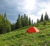 La tente rouge a placé dans la région sauvage Photos stock