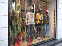 La tenue de détente Paris d'étalage de mode de Kooples Photographie stock libre de droits
